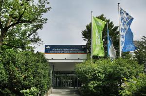 Haupteingang Ismaninger Str mit Fahnen 29-05-2018 eine grüne 150 Jahre Fahne TUM zwei blaue MRI Fahnen Querformat_2 Kopie